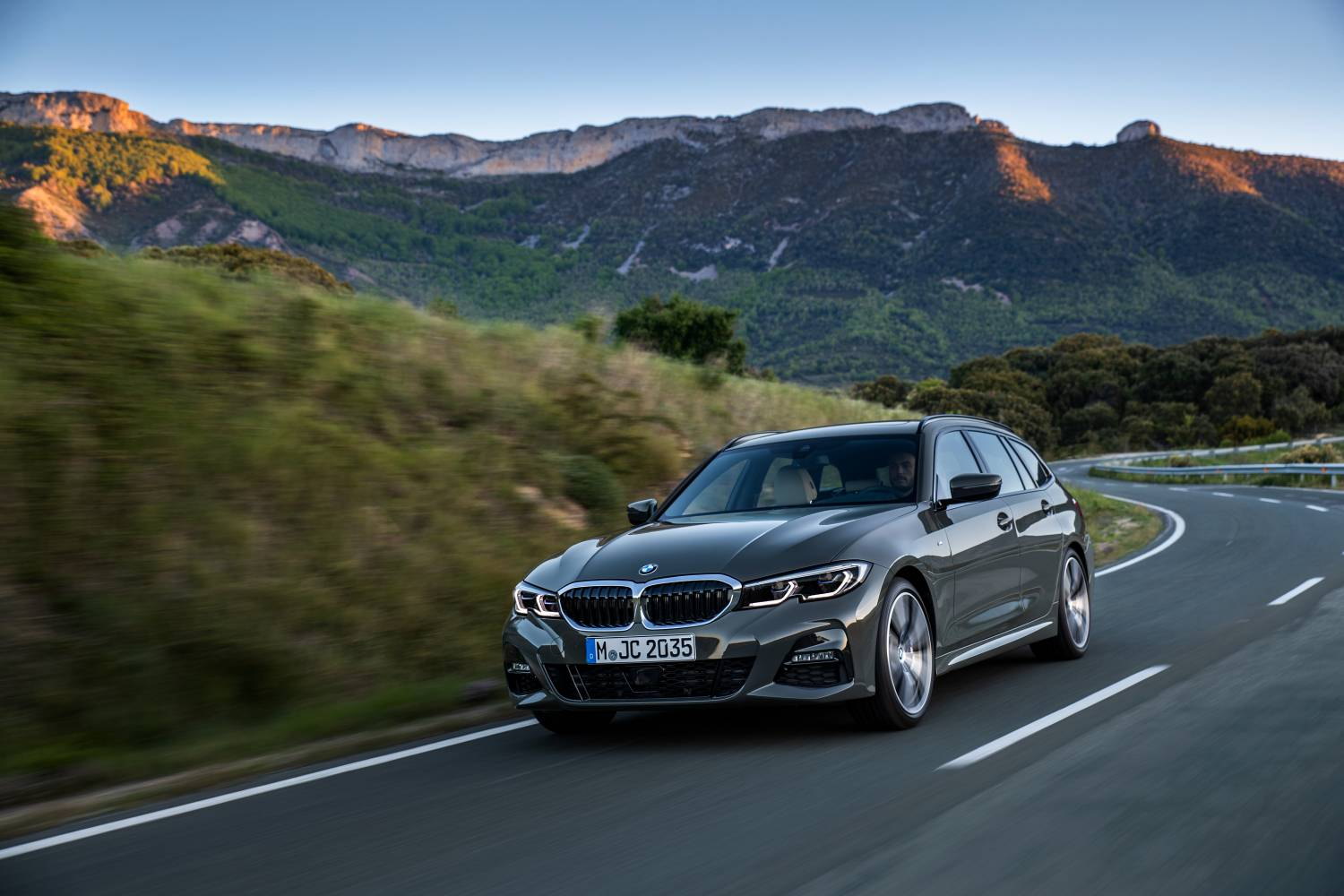 3 series touring Dynamic Road Front Angle