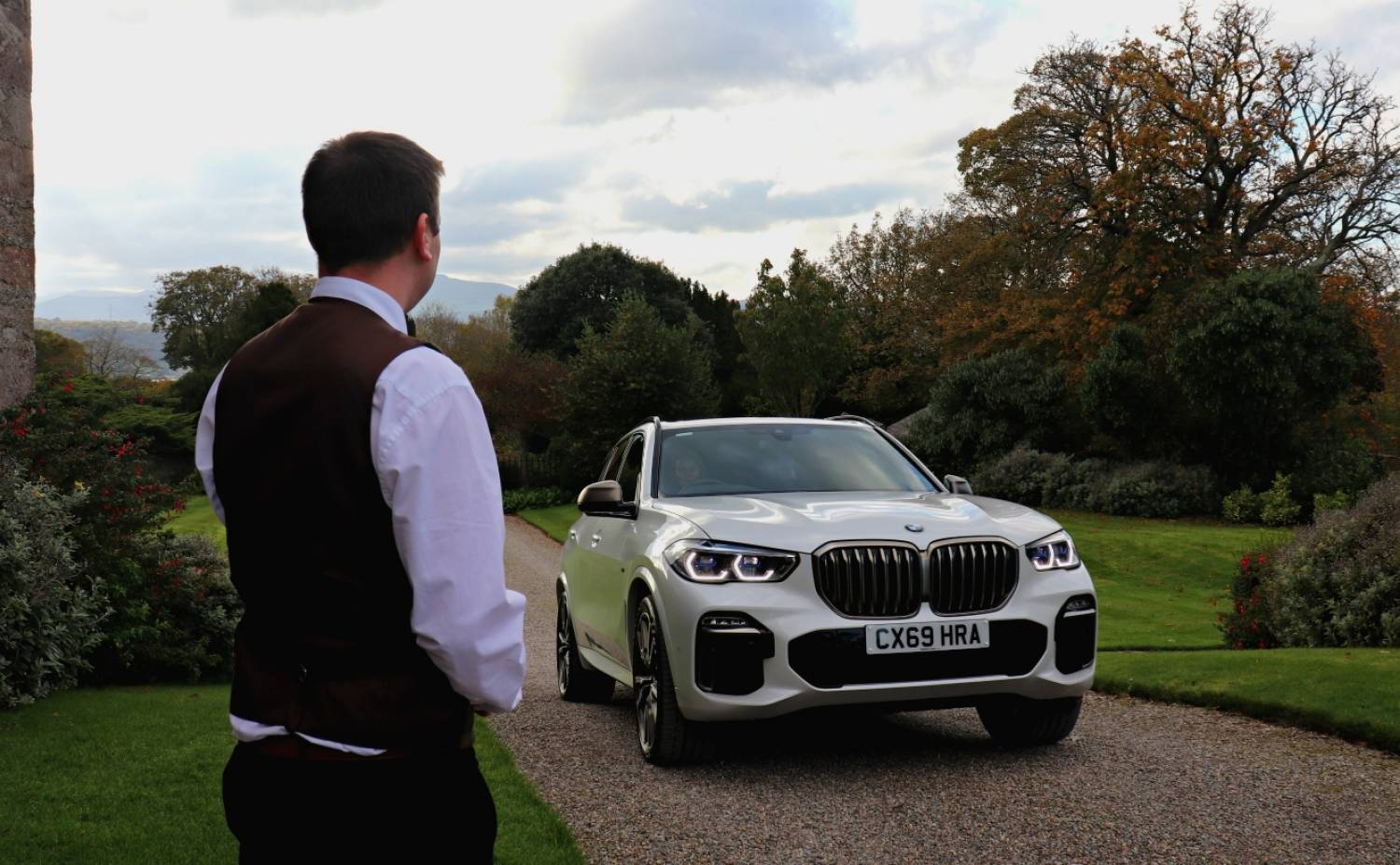 BMW X5 M50d greeted by porter