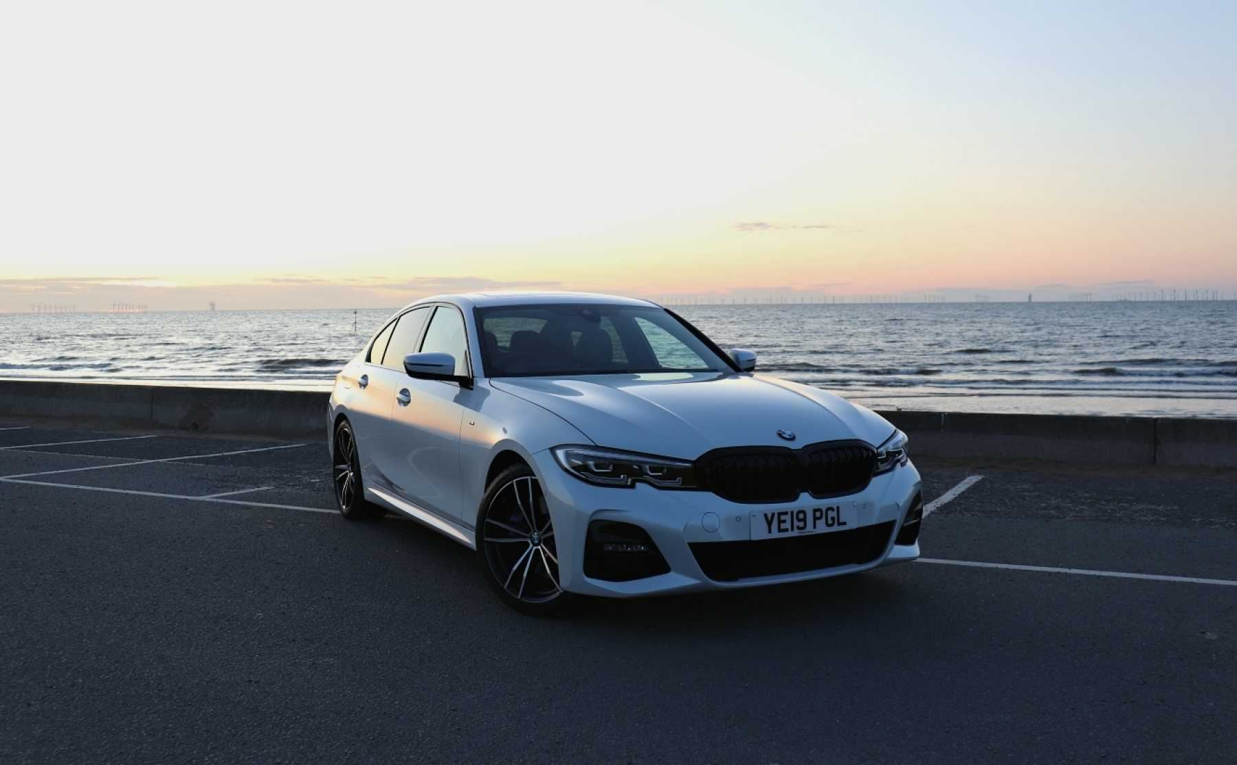BMW 3 Series 320i white Front