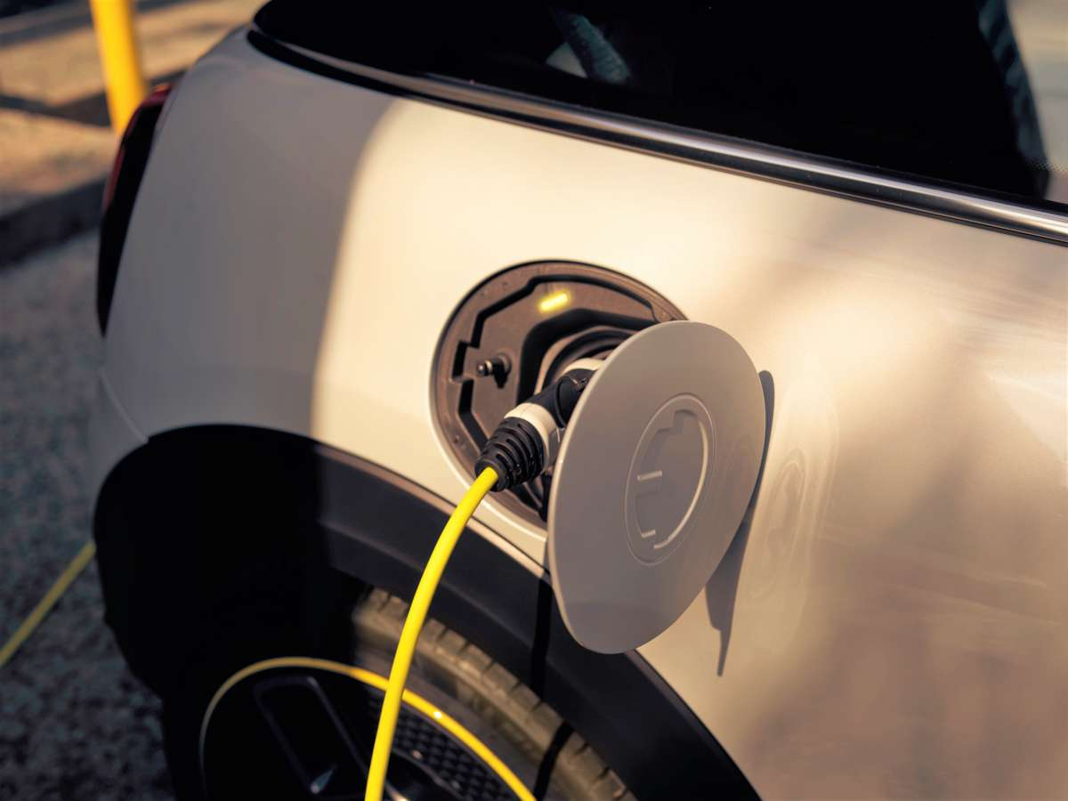MINI Electric Charging Image 2 High Resolution JPEG 2